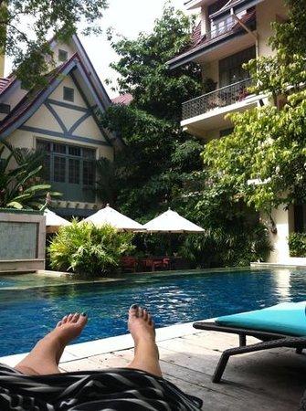 โรงแรมอริยาศรมวิลล่า:                   a relaxing morning by the pool