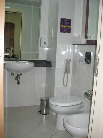 Premier Inn Dubai Silicon Oasis Hotel:                   Bathroom