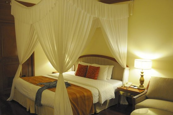 Ayodya Resort Bali:                   The canopy bed was quite romantic.
