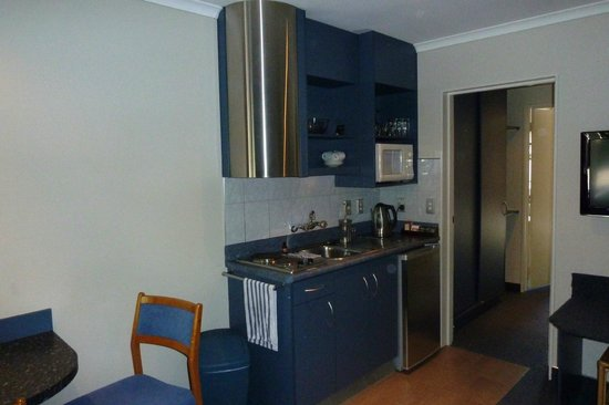 Alpin Motel and Conference Centre:                   Small adqueate kitchen within lounge
