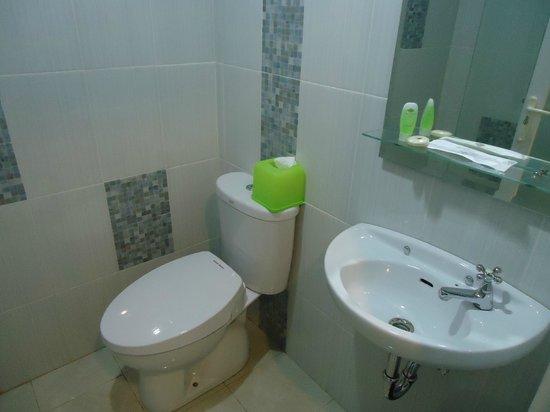 Dream @ Jimbaran & ZEN Rooms :                   Bathroom