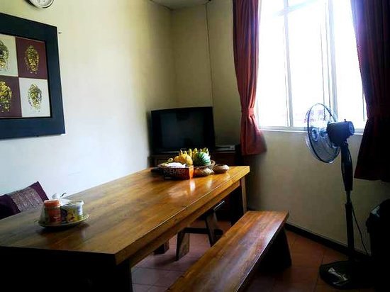 Sensi Backpackers Hostel:                   Pantry with TV, microwave, hot water dispenser and refrigerator