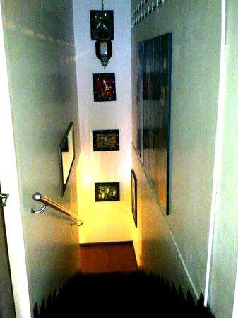 Sensi Backpackers Hostel:                   staircase