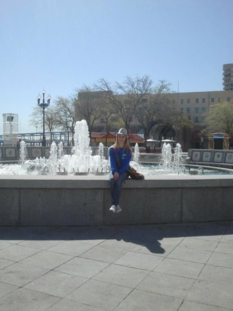 Riverwalk Marketplace :                   Large fountain at the entrance to RiverWalk Mall - IMAX end