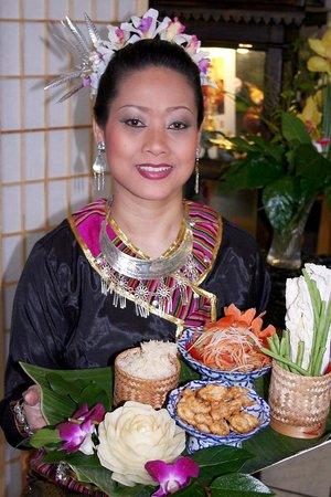 Nuh's Thai Schnellrestaurant: Das Essen wird serviert.