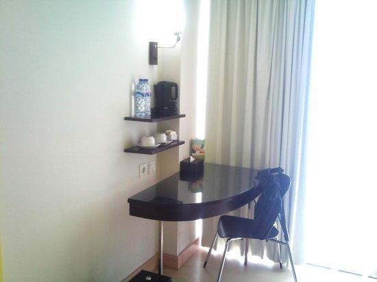 Hotel Santika BSD City: Meja Kerja di kamar