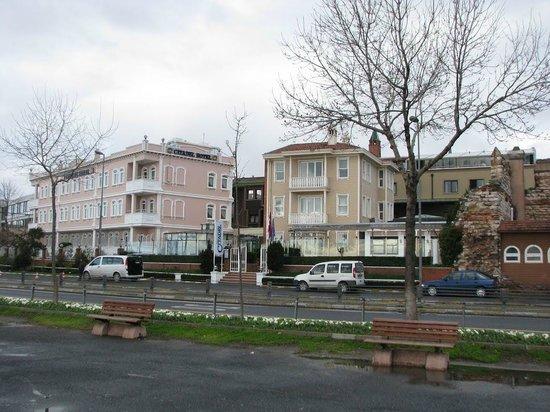 Best Western Citadel Hotel: Вид на отель с набережной