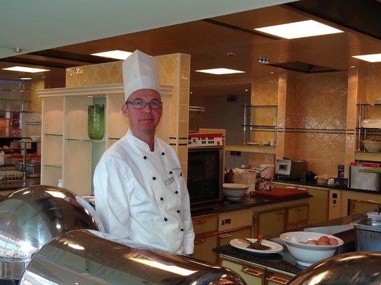 Interalpen-Hotel Tyrol: Freundlicher Empfang an der Frühstücksbar
