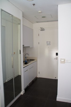 Morrissey Hotel Residences: Entrance with Kitchen