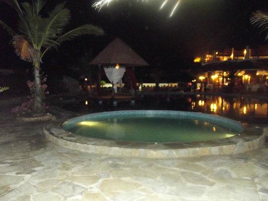 Jacaranda Beach Resort: Piscina principale prima del ristorante