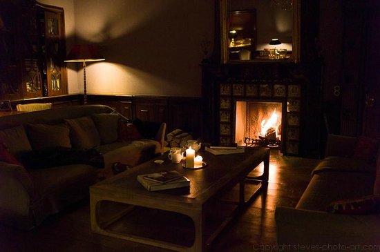 Schlosshotel Gartrop: Kaminfeuer im Herrensaal ....... nur für uns! Daaaaanke!