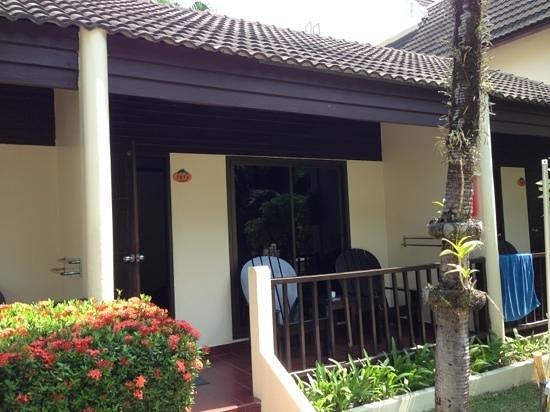 Thara Patong Beach Resort & Spa: プール沿いではないスーペリアルーム外観