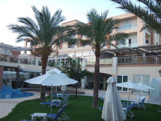Sea View Hotel: Blick aufs Hotelhauptgebäude