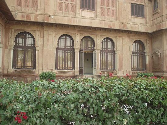 Lallgarh Palace: hedges