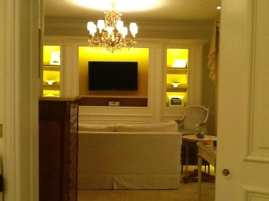 Four Seasons Hotel George V Paris: Bedroom to lounge