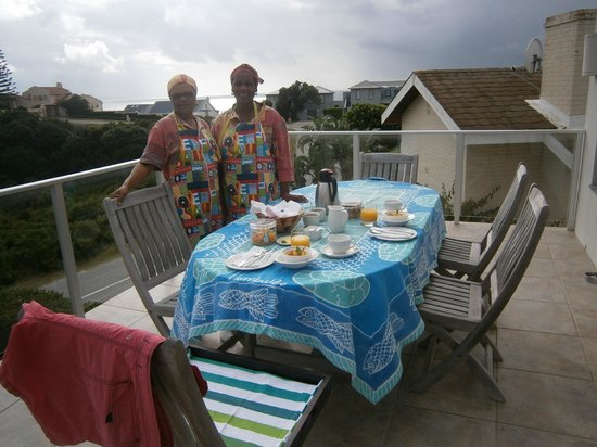 Anlin Beach House: Breakfast on the verandah