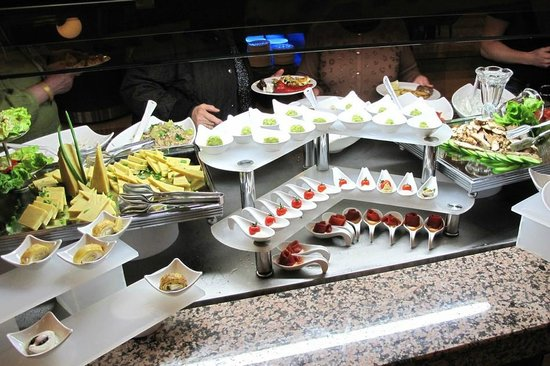 Crystal Paraiso Verde Resort & Spa : Dinner buffet, many small appetizers