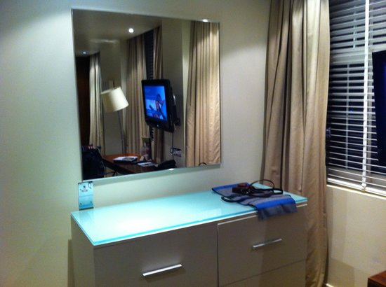 DoubleTree by Hilton Hotel London - West End: View inside the room