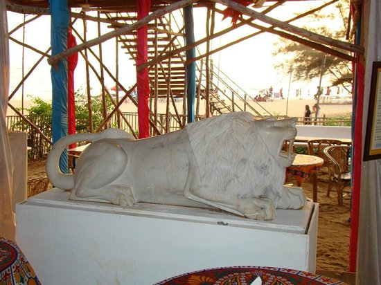 Estrela Do Mar Beach Resort: Lion Statue at the beach restaurant