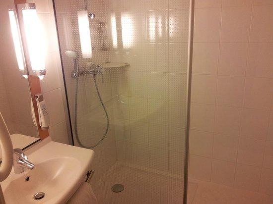 Ibis Opéra la Fayette: Salle de bains avec douche