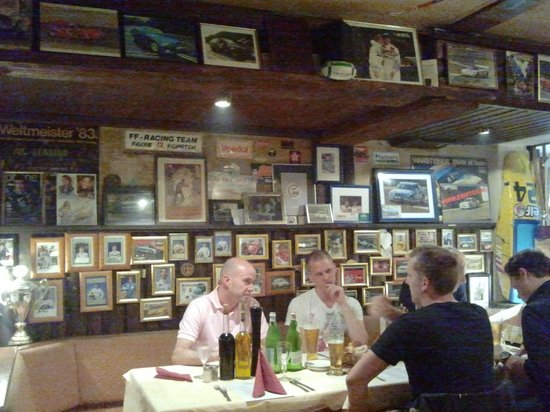 Pizzaria Pistenklause: every inch of the walls and even the ceiling is covered in photos, autographs and other memorabi