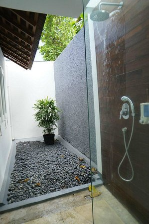 Astana Kunti: Open concept shower ( broken showerhead)
