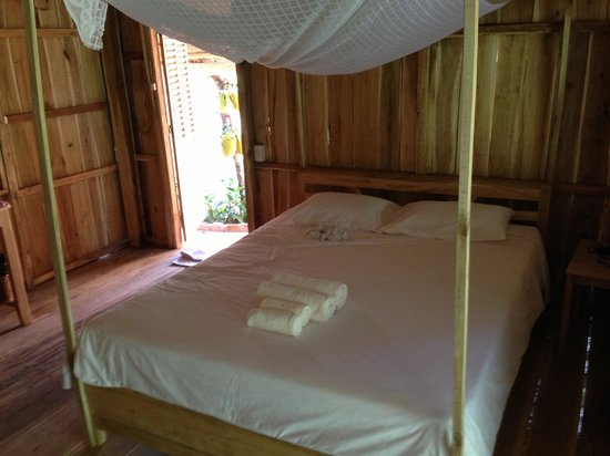 Freedomland Phu Quoc Resort: The bedroom of hut #15
