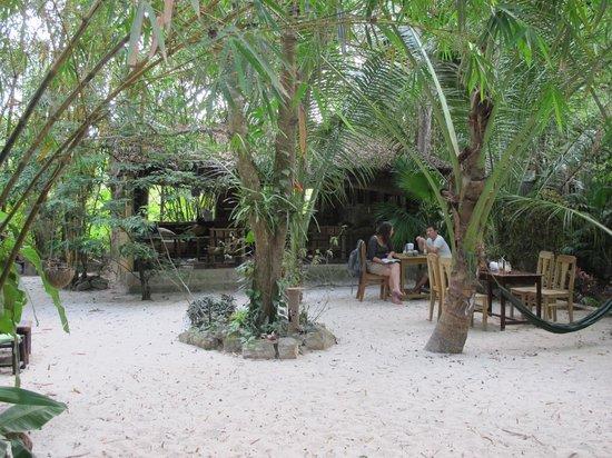 Freedomland Phu Quoc Resort: The bar area
