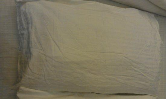 Hotel Royal Mirage: Discoloured pillows