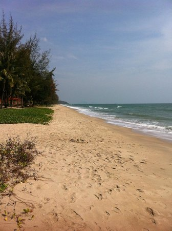 NishaVille Resort: Beach towards Hua Hin