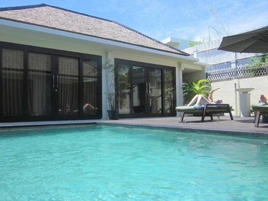 The Seri Villas: 2 BR villa-two building with a pool between