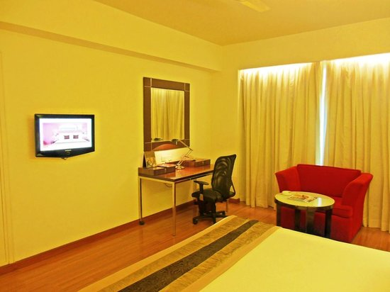 The Gateway Hotel MG Road Vijayawada: Work Table
