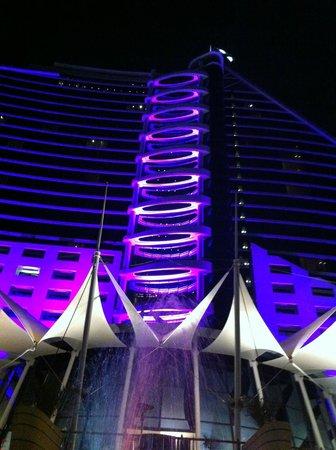 Jumeirah Beach Hotel: Luci sera