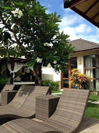 Arama Riverside Villas: garden and bale