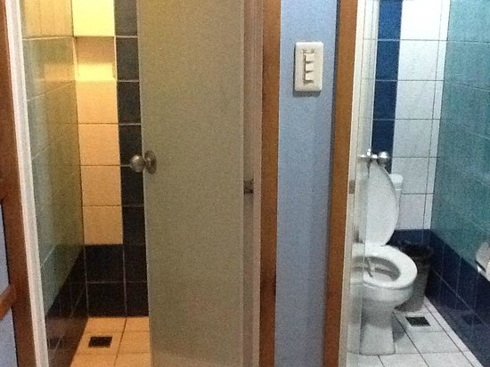 Kabayan Hotel Monumento: Separate Bathroom and Toilet