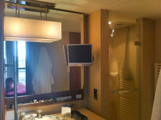 Threadneedles, Autograph Collection: Bathroom TV!