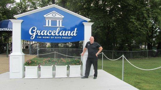 Elvis Presley's Heartbreak Hotel: graceland sign