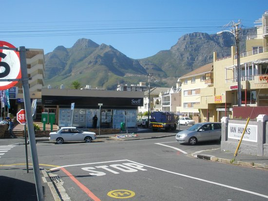 The Cape Cadogan: Taken ouside hotel with view of Table Mountain and immediate Environs