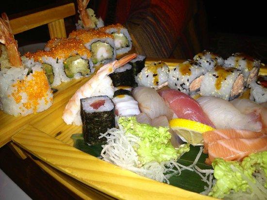 Yoshi Restaurant : barca sushi misto