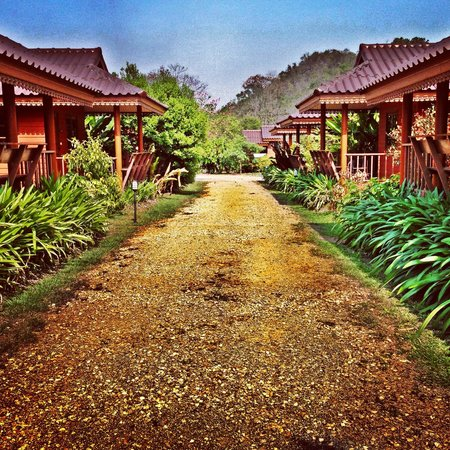 Baan Saranya Khao Yai: Looking towards the front of the resort from the last bungalow