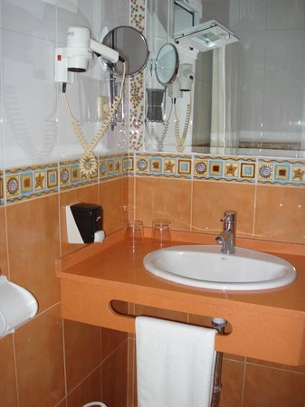 Hostal Paris: Baño con secador, espejo y plato de ducha