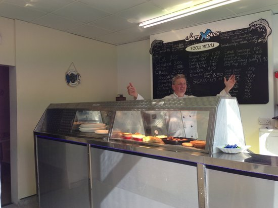 Colwyn Bay, UK: Fryer/Manager John.Jaap, in the business for 40yrs! An amazing Fish and Chip experience awaits!