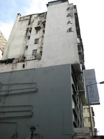Pop Hotel: どうやら超古いビルを強引に半分改装した模様