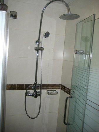Pop Hotel: わりと嬉しかった強力シャワー、トイレは水浸し間違いなし