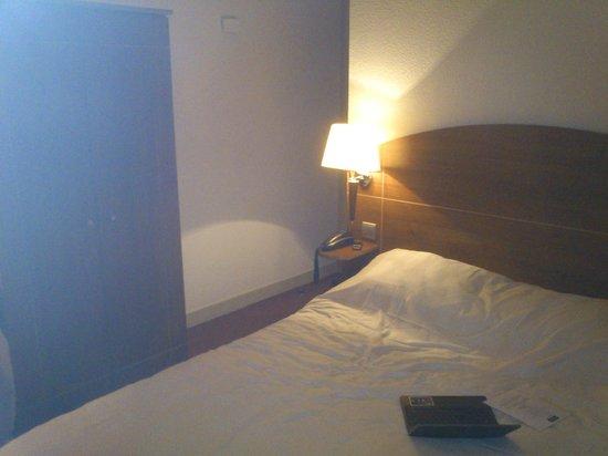 Kyriad Clermont Ferrand Centre : Vista desde los pies de la cama. Enfrente la entrada a la habitación