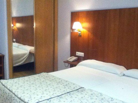 Hotel Hispania: Camas y armario de la habitación