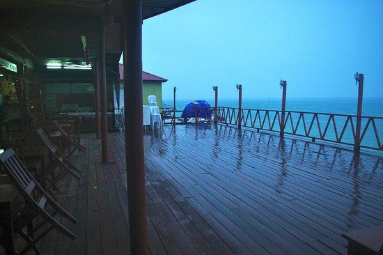 New Cocohut & Cozy Chalets: La terrasse sur mer de l'hôtel (sous la pluie...)