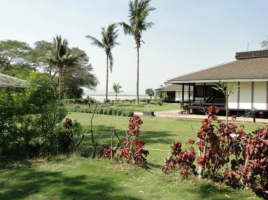 Bagan Thiripyitsaya Sanctuary Resort : bungalows et jardin