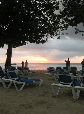 Grand Pineapple Beach Negril: Grand Pineapple's beach as sunset approaches