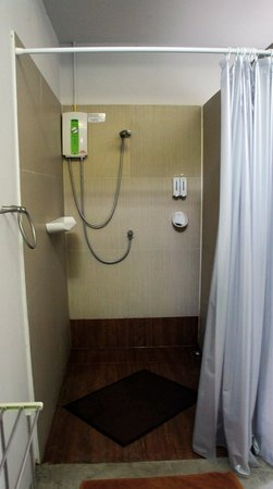 Glur Hostel: Shower
